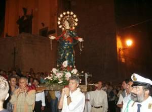 La statua della Madonna Assunta viene portata a spalla dai Signori della Festa