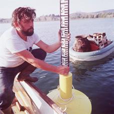 Claudio Mocchegiani Carpano installa una palina sulla verticale della boa. In secondo piano un'imbarcazione piena di recipienti ceramici recuperati dal fondo del Lago di Mezzano