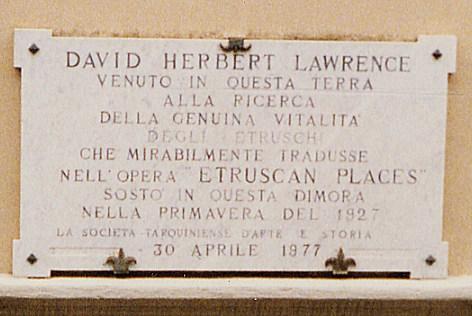 La targa posta dalla Società Tarquiniese d'Arte e Cultura sulla casa che ospitò D. H. Lawrence