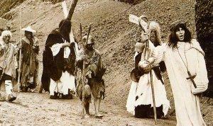 """Un fotogramma dal film """"L'Armata Brancaleone"""", visibile lo sfondo delle cave di terrarossa, il lapillo vulcanico"""
