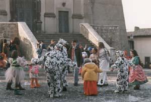 Enfants masqués en fête