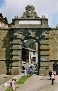 Préparation de la jonchée du Corpus Domini devant la Porte Magenta