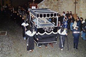 Le cercueil avec le Christ Mort portée par la Confrérie de la Bonne Mort