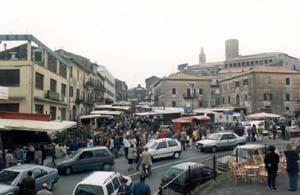 De Santa Croce jusqu'au centre il y a plein d'étalages et de monde
