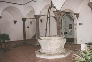Il pozzo ottagonale nel cortile. Sui capitelli gli stemmi dei Farnese.