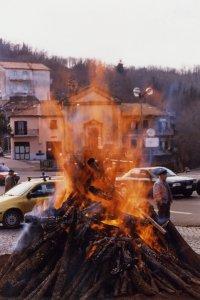 Le grand feu allumé au petit jour pour la fête